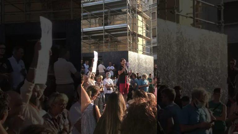 """Green Pass, la protesta nelle piazze di Lecce e Bari: """"Libertà"""""""