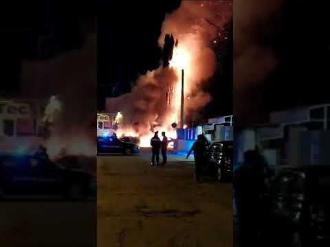 Auto in fiamme nel parcheggio del supermercato: paura tra i clienti